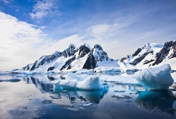 Alien Antarctic bases мคPPED: UFO hunter spies 'proof' of underwater ET on Google мคps 2