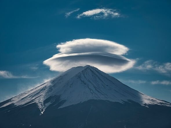 """UFO sighting: Cloaked """"alien ship"""" over Mount Fuji is """"100% proof"""" aliens are here - claim 4"""