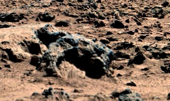 """Aliens on Mars: UFO hunter""""s shock discovery of """"4m tall alien' in NASA photos 4"""