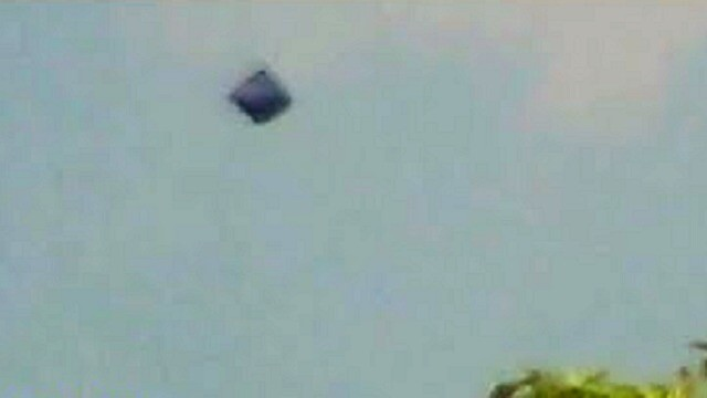 VIDEO: This is a great cube UFO that seems to be falling from space? 3