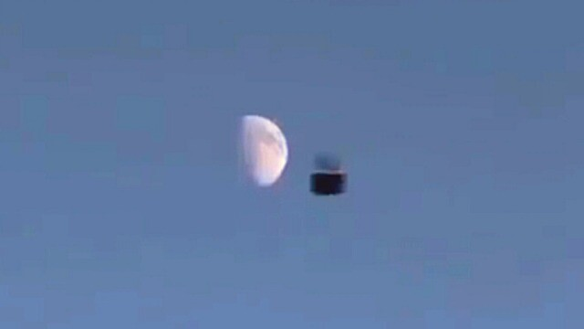 VIDEO: This is a great cube UFO that seems to be falling from space? 1