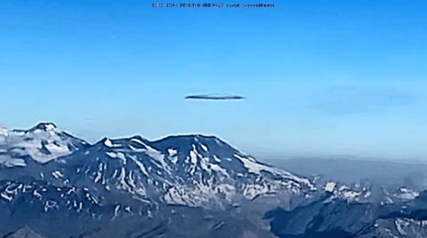 (VIDEO) A passenger on a flight over Santiago de Chile captures a huge Alien Ship 1