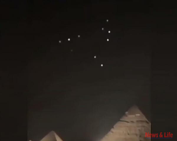 [video] Fleet of UFOs was detected above the Pyramids of Giza, Egypt 2
